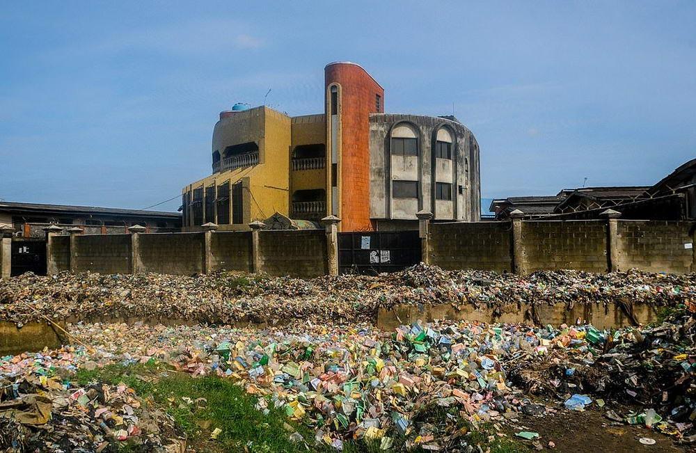 Большой район города Лагос оказался завален толстым слоем мусора