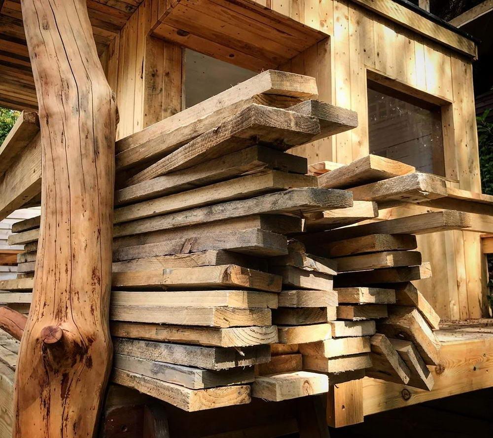 Папа использовал карантин, чтобы построить дом на дереве для дочерей, потратив всего £120