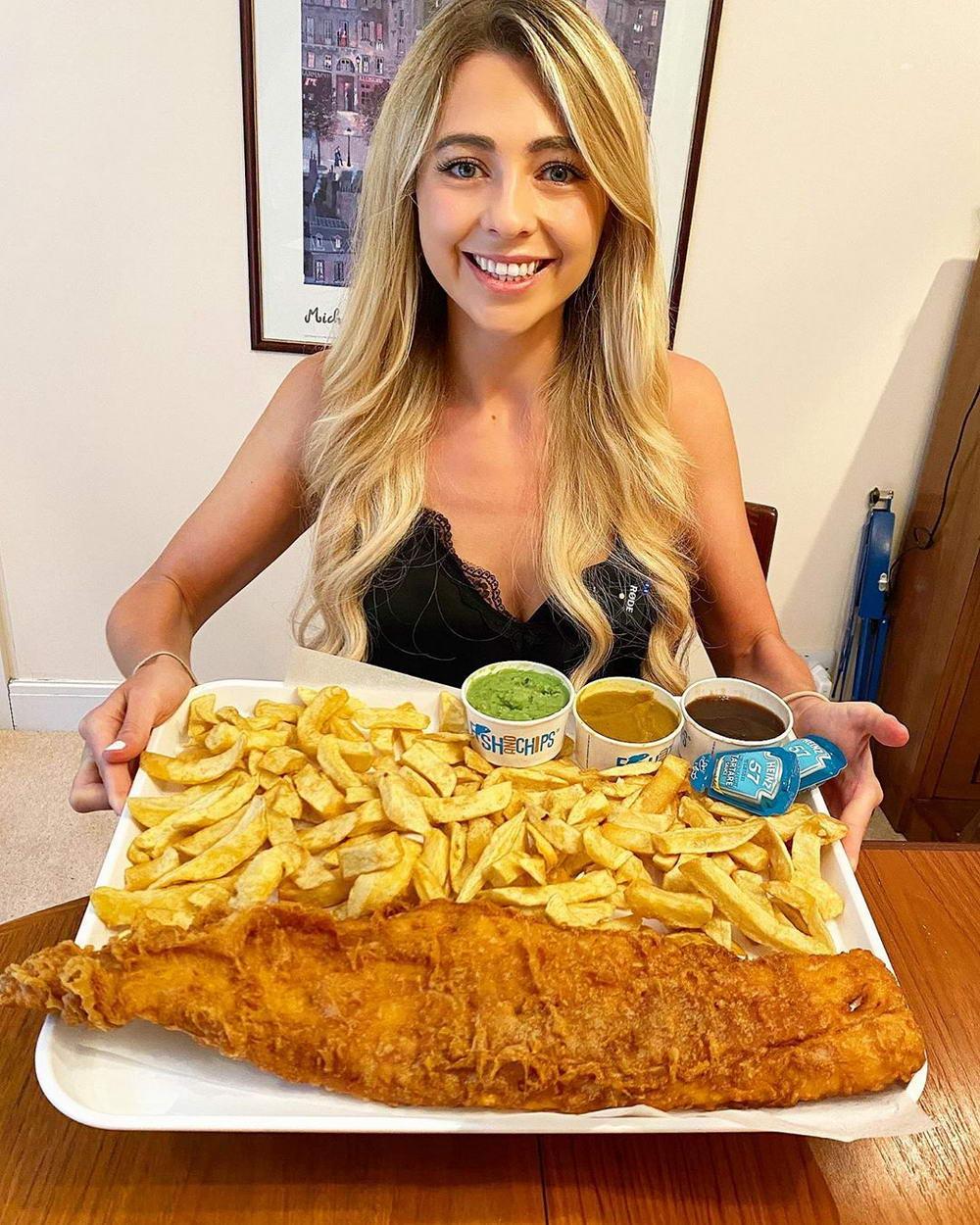 Девушка поглощает огромные порции еды и не поправляется (фото + видео)