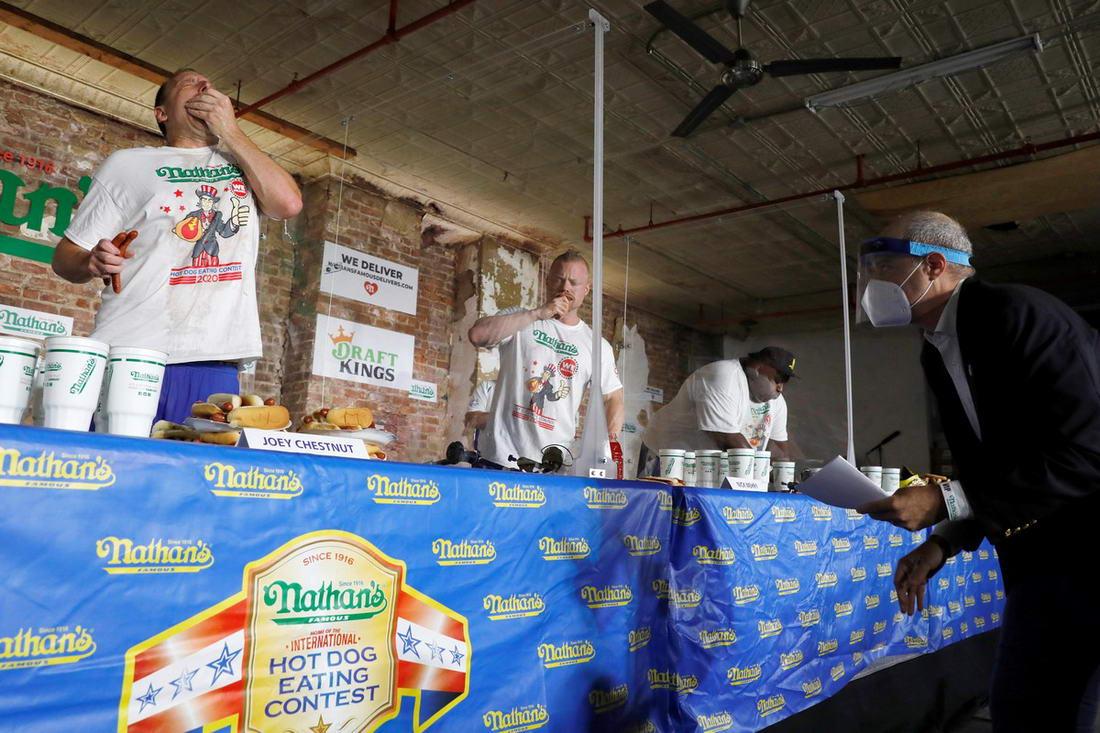 В Нью-Йорке прошел ежегодный Чемпионат по поеданию хот-догов...