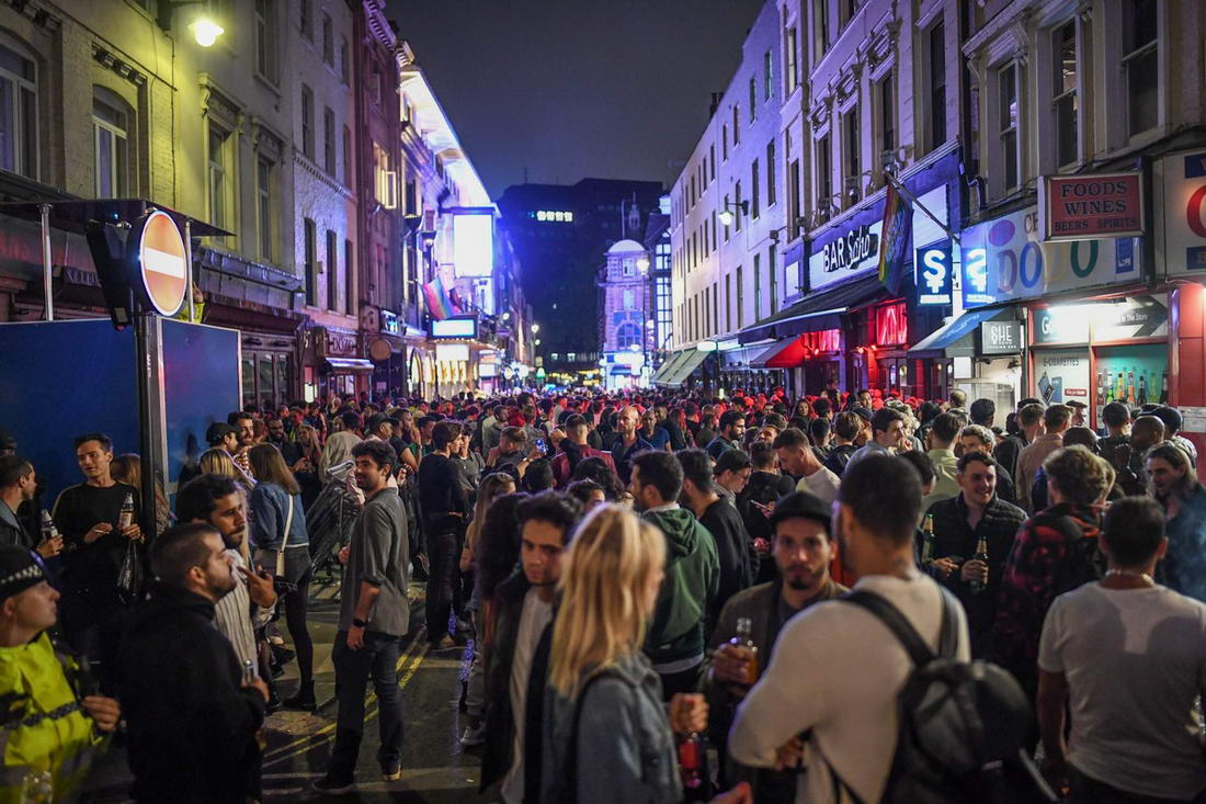 Полицейские разогнали несколько уличных вечеринок в Лондоне (35 фото)