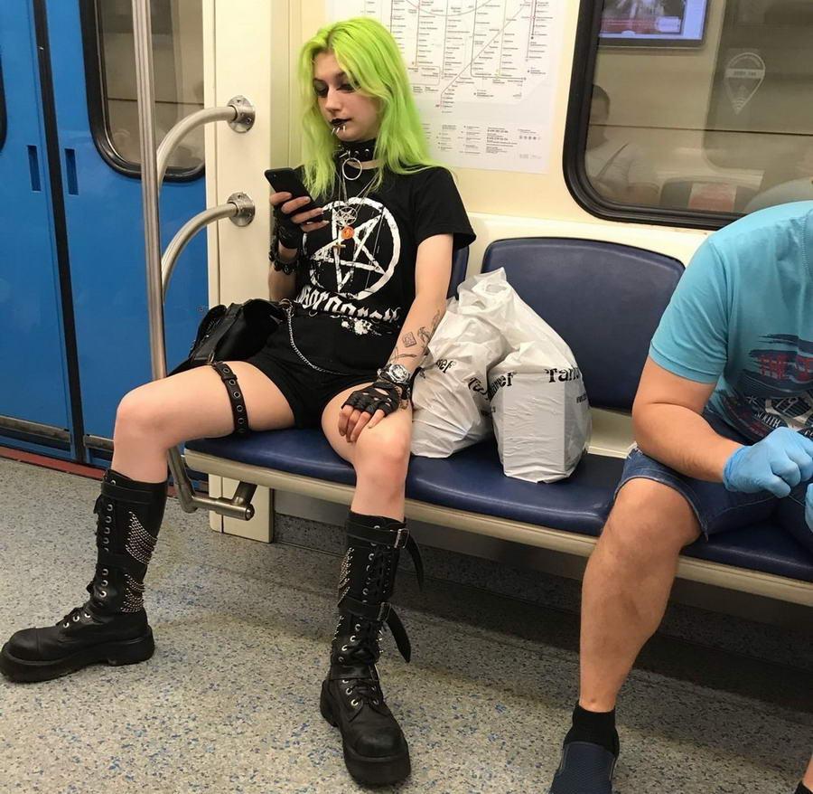 Странные персонажи из российского метрополитена - 149 (40 фото)