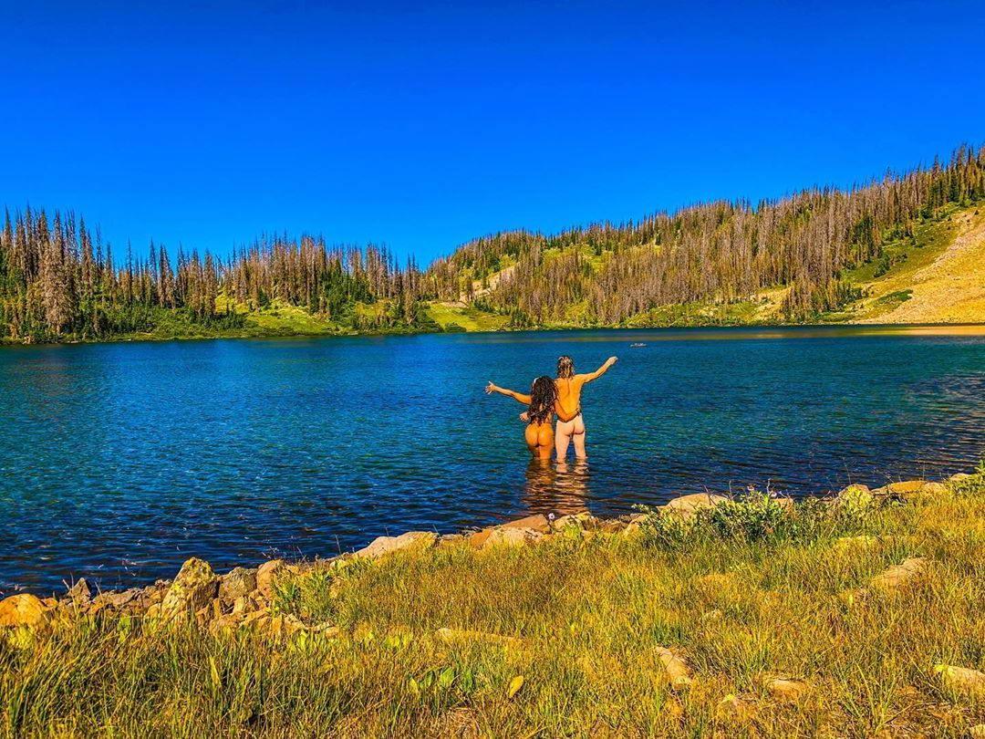 Любители купаться голышом из tumblr - 3  (40 фото)