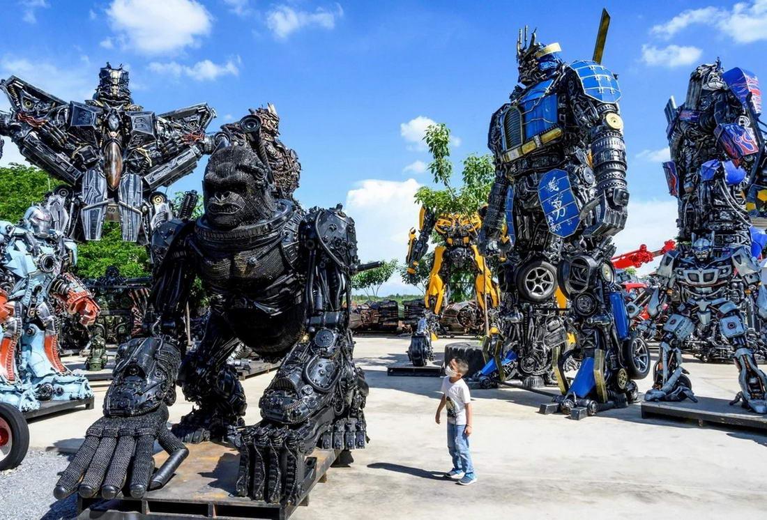 Музей Ban Hun Lek в Таиланде, где металлолом превращают в гигантских роботов (20 фото)