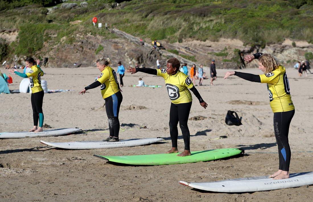 Polzeath Ladies surf club: школа серфинга для женщин в Великобритании (20 фото)