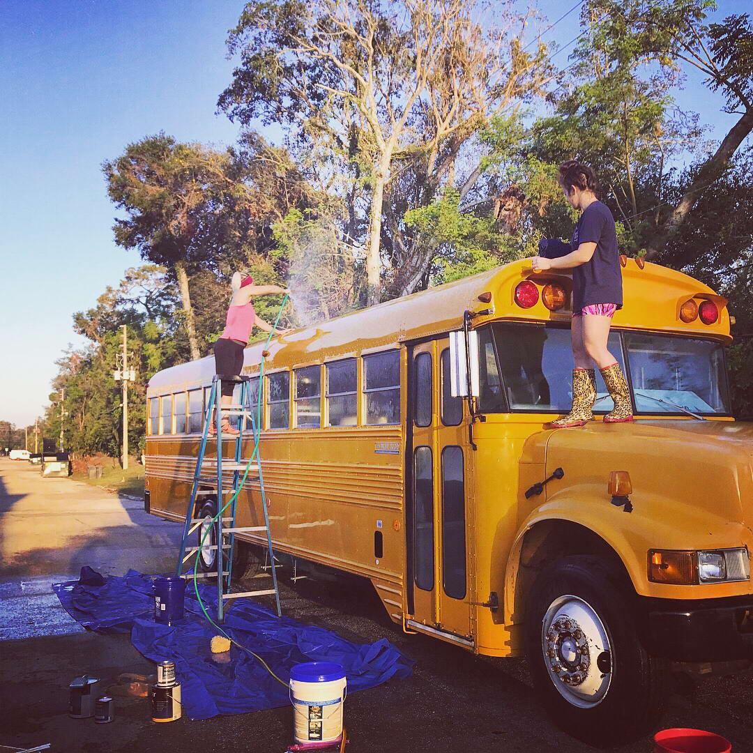 Пара превратила старый автобус в уютный дом, где живет с 2 детьми и собакой, потратив  000