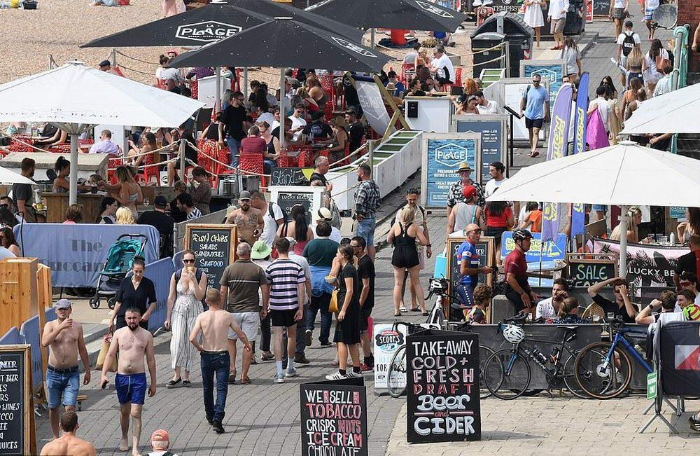 Британские пьяницы игнорируют социальное дистанцирование, толпясь в пабах и клубах