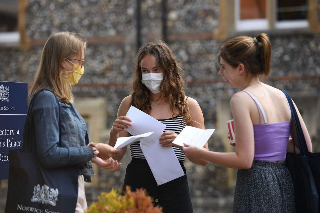 Британские студенты бурно отметили результаты вступительных экзаменов (32 фото)