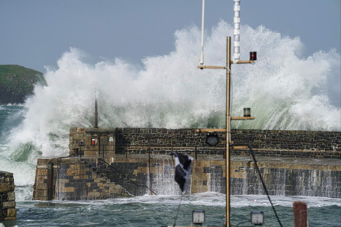 Мощный шторм «Эллен» обрушился на Великобританию (25 фото)