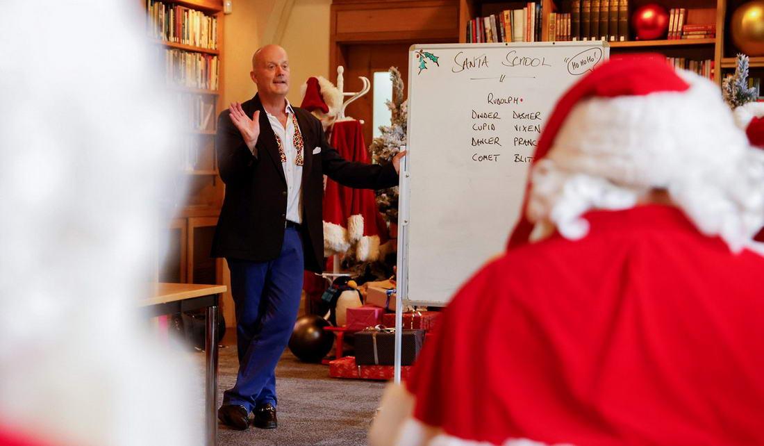 Санта-Клаусы готовятся к Рождеству в условиях пандемии коронавируса (20 фото)