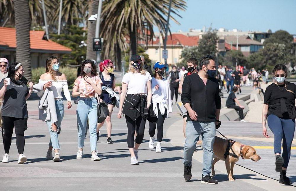 Толпы людей стекаются на пляжи Сиднея, чтобы насладиться теплой погодой (25 фото)