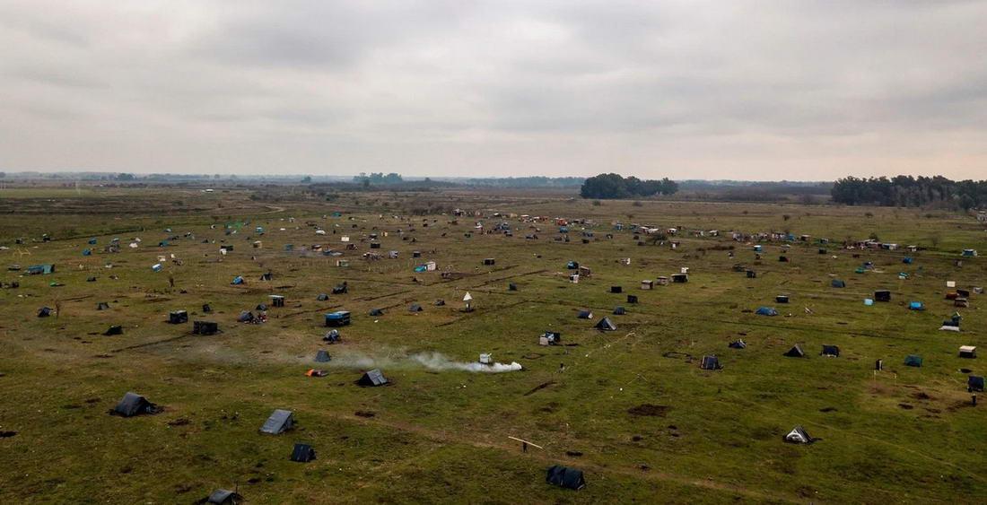 Около 2 500 семей живут посреди поля в Аргентине (25 фото)