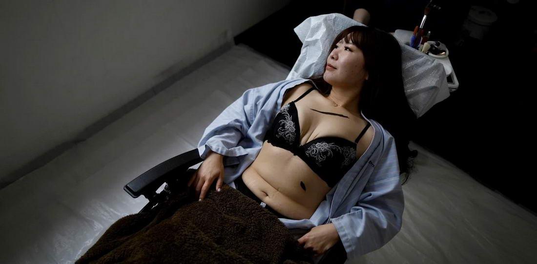 Японский художник устраивает похороны секс-кукол для убитых горем владельцев (20 фото)