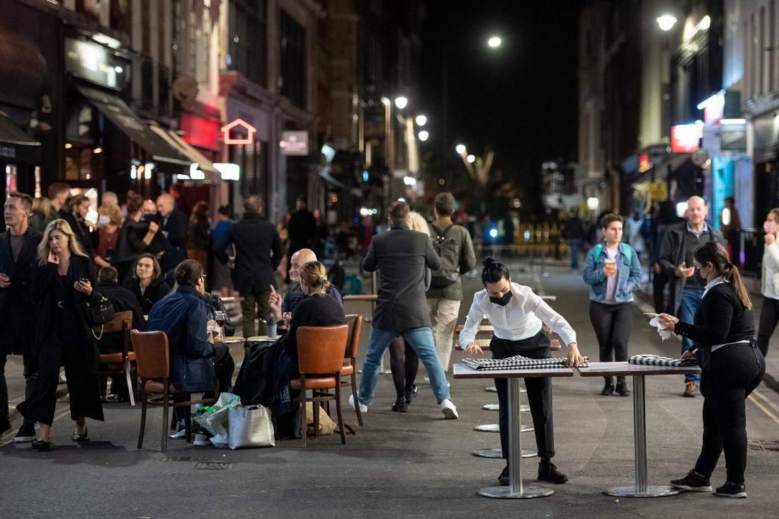 Комендантский час не остановил британскую молодежь, решившую выпить в выходные дни