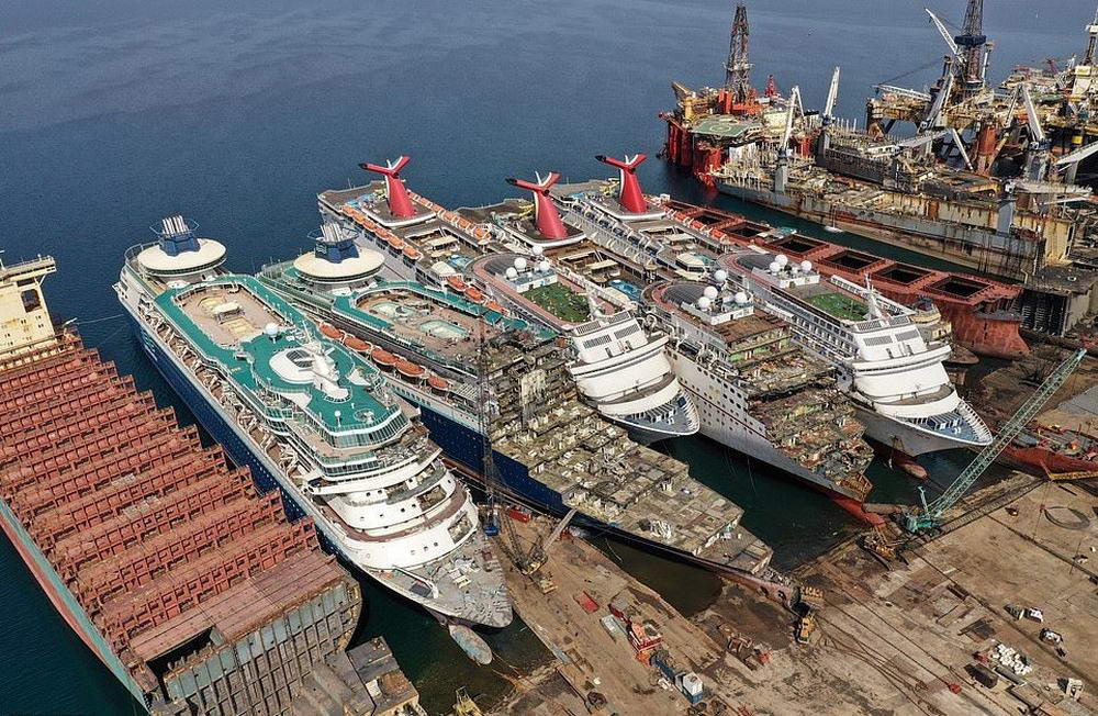 Кладбище круизных лайнеров в Турции (25 фото)