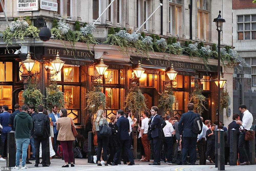Полицейские столкнулись с толпами пьяниц в Лондоне перед началом блокировки 2 уровня (30 фото)
