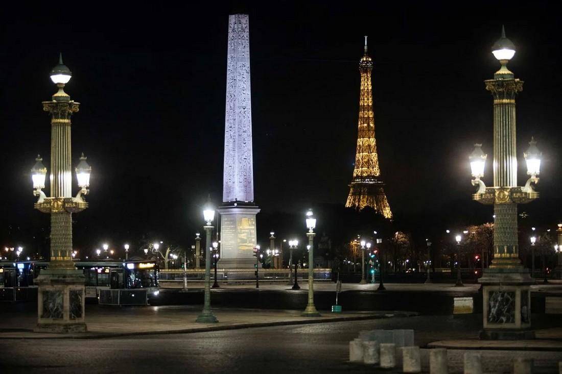 Комендантский час превратил ночной Париж в темный и одинокий город (30 фото)