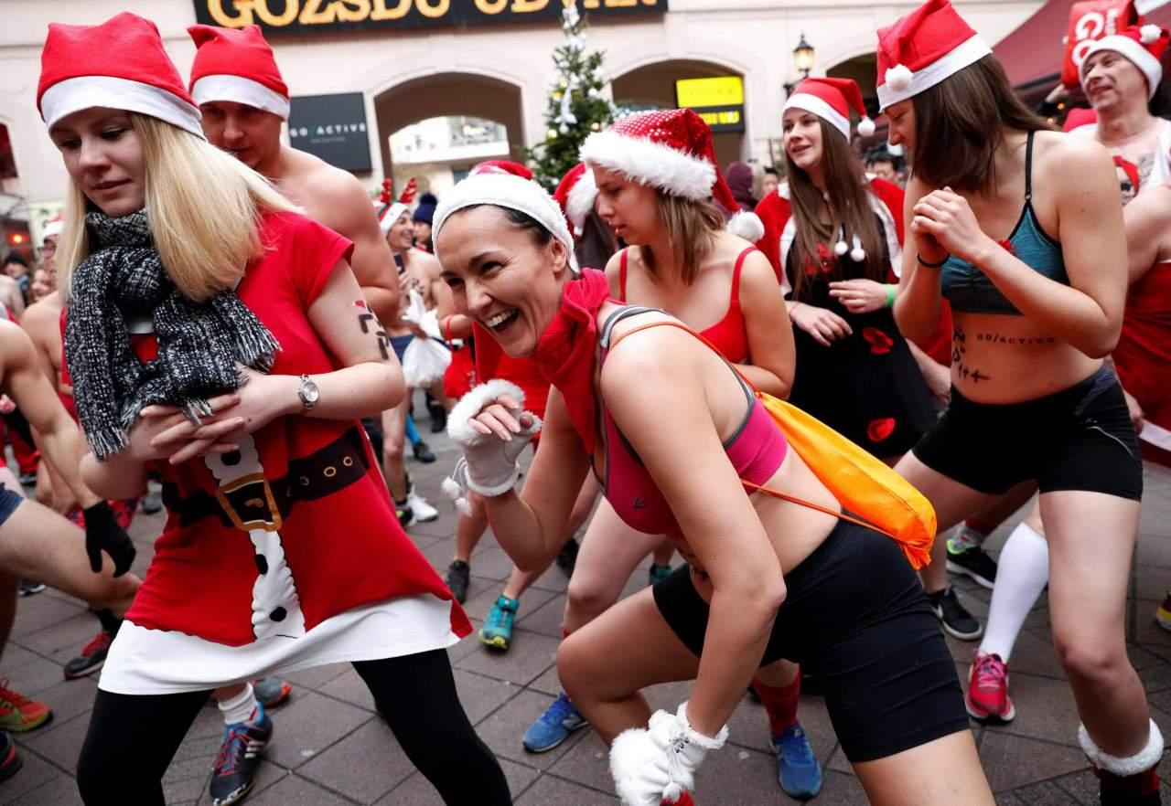 Полуголые Санта-Клаусы приняли участие в благотворительном забеге в Будапеште